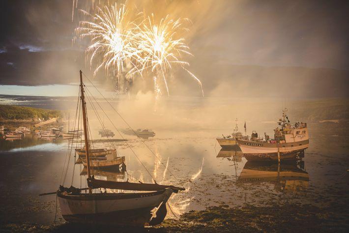 Des feux d'artifices ornent la nuit lors d'un fest-noz au Conquet, la ville la plus occidentale de ...