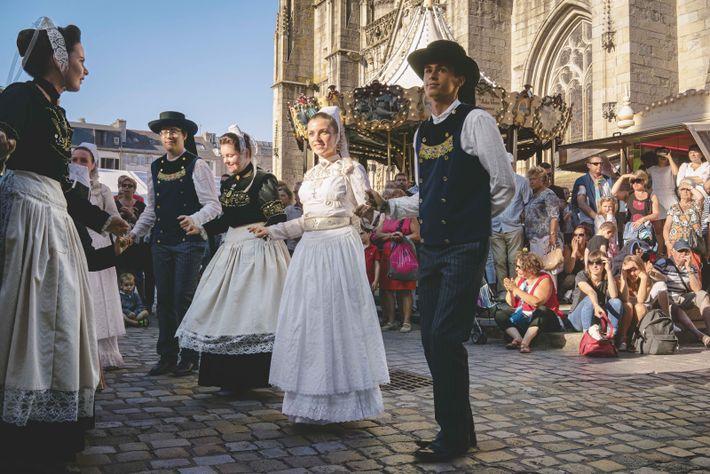 Chaque année en juillet, le festival de Cornouaille, à Quimper, célèbre tout ce qui se fait de breton, de la musique ...