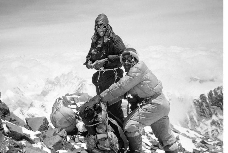 Deux des plus grands exploits du xxe siècle ont été la première conquête du mont Everest par Edmund Hillary et Tenzing Norgay (ici, au cours de leur ascension).