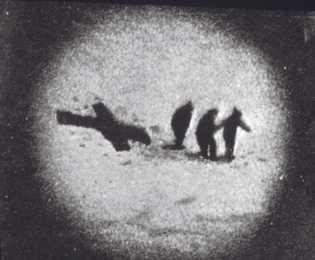En 1924, des sacs de couchage posés en croix en avisent les coéquipiers de l'expédition : ...