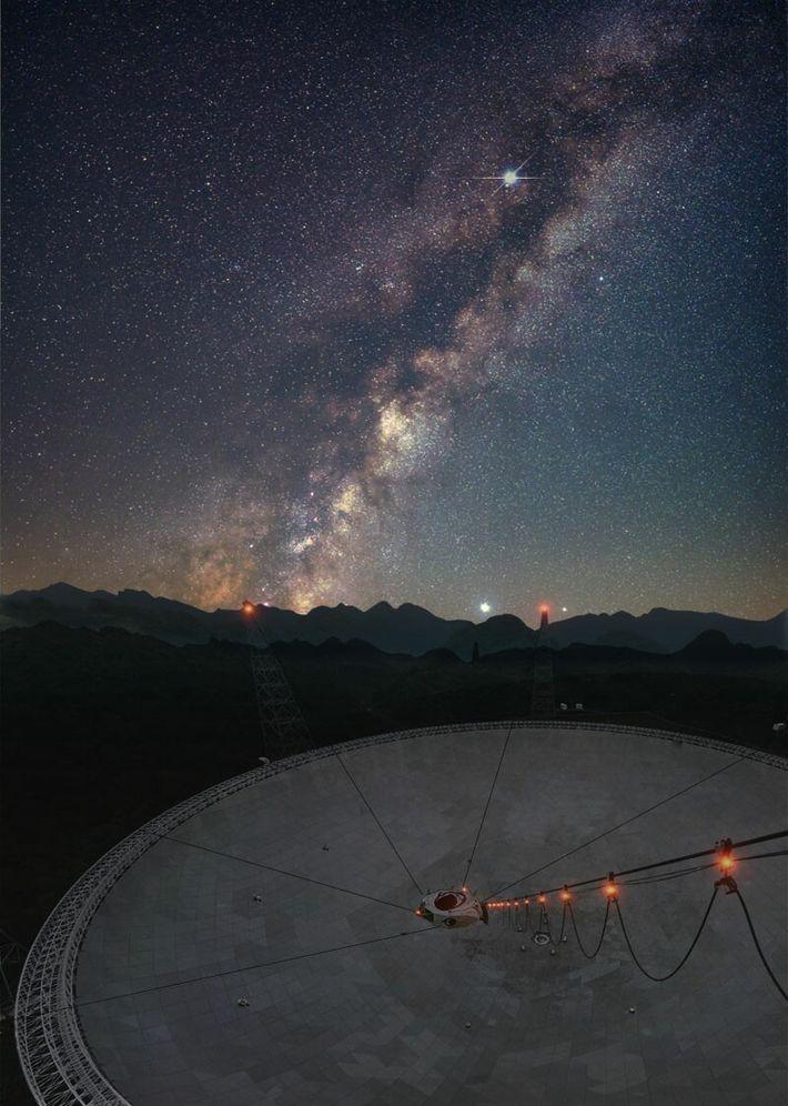 En avril, le Radiotélescope sphérique de cinq cents mètres d'ouverture (FAST) construit en Chine permettait d'étudier ...