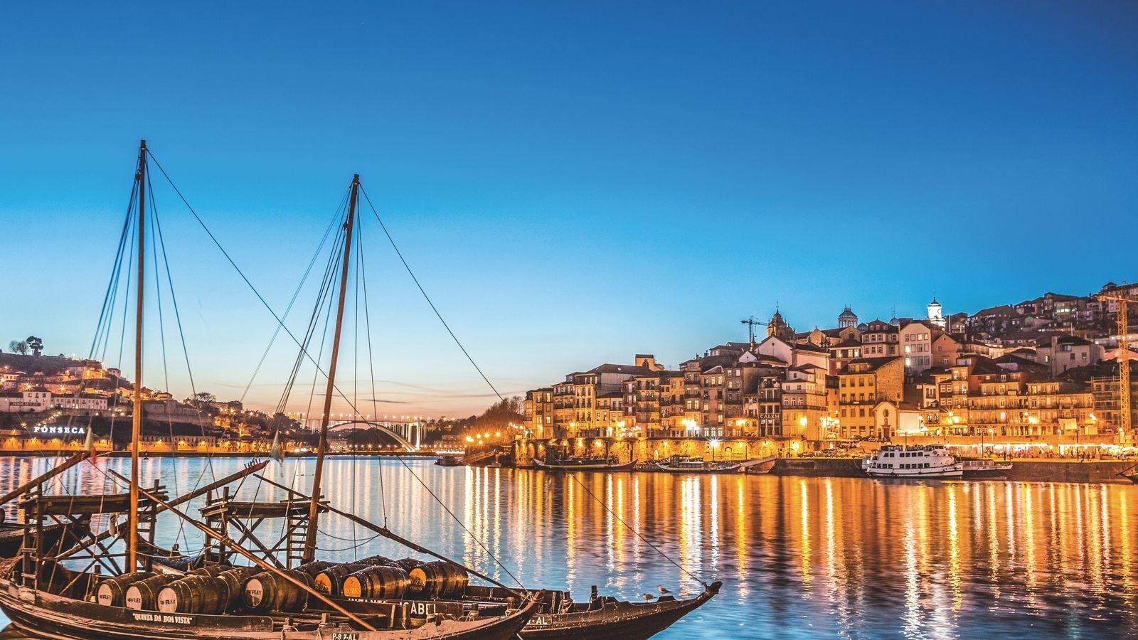 Avec ses six ponts enjambant le fleuve Douro et ses bateaux chargés de fûts de vin, ...
