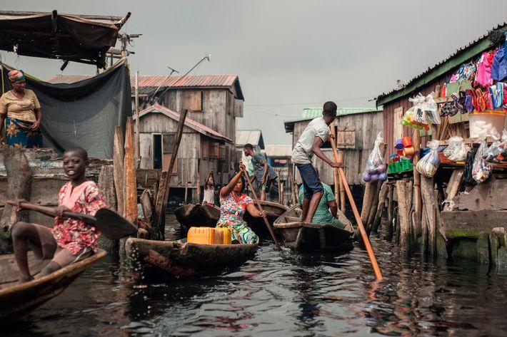 Plusieurs centaines de milliers de personnes vivent dans un labyrinthe de bateaux et de plateformes sur ...