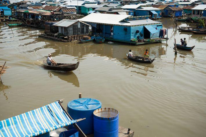 Le village flottant de Kompong Luong est situé sur le lac Tonlé Sap au Cambodge, il ...