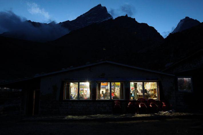 Des voyageurs font une halte dans un salon de thé de Lobuche pour y passer la ...