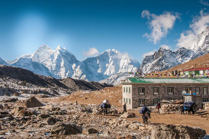 Des alpinistes, des randonneurs et des Sherpas traversent Lobuche, qui marque le dernier établissement sur le ...
