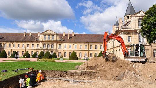 Lieu des fouilles à l'Abbaye de Cluny (Saône-et-Loire). Les chercheurs s'intéressaient au départ à l'infirmerie du ...