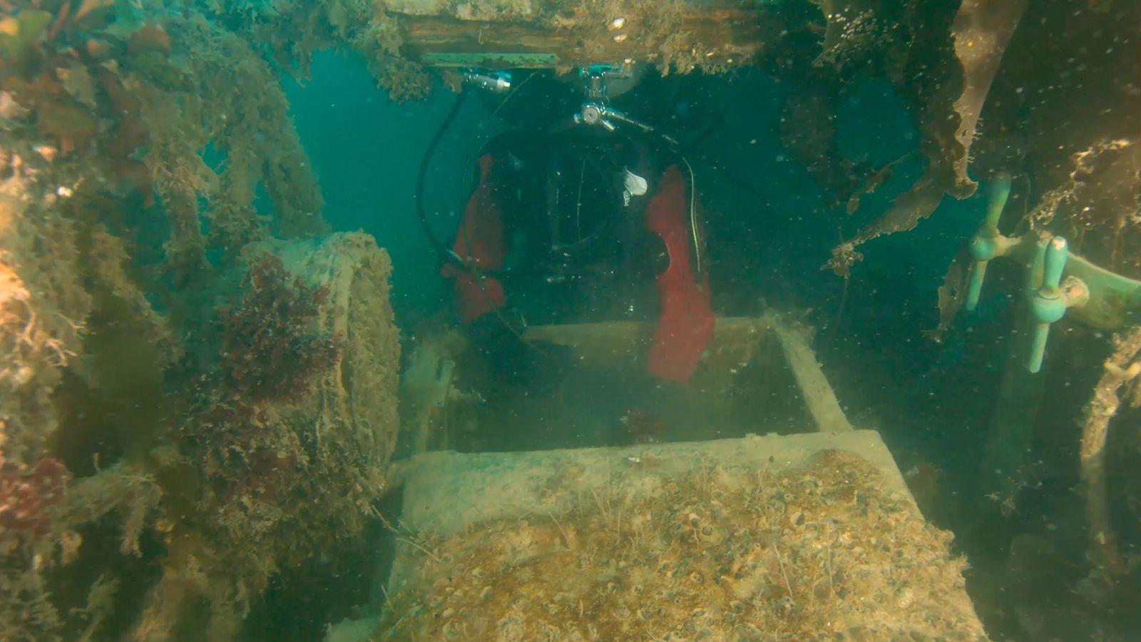 Pour examiner les ponts inférieurs du HMS Terror, un archéologue de Parcs Canada insère un drone ...