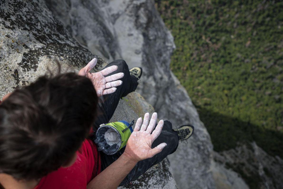 Alors qu'il vient d'atteindre le sommet d'El Capitan, situé dans le parc national de Yosemite, en ...