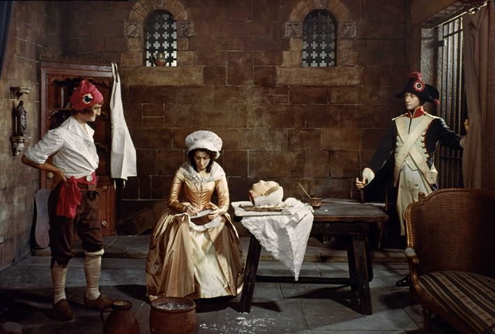Ici représentée pendant le Règne de la Terreur, Marie réalise un masque mortuaire à partir d'une ...