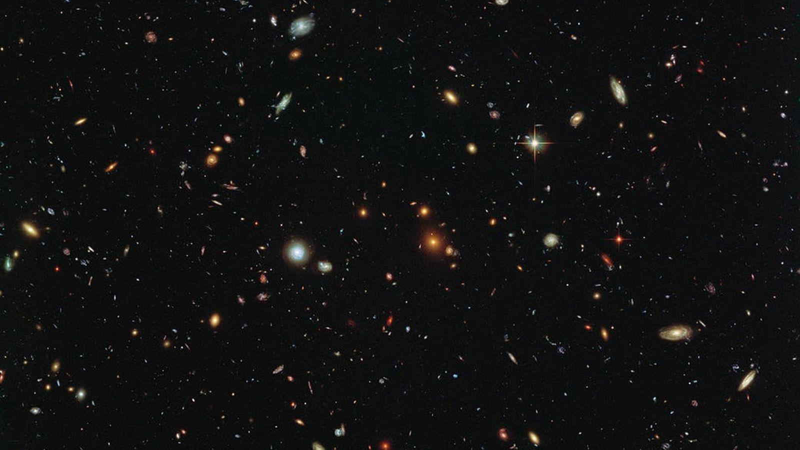 Les galaxies parsèment le cosmos dans cette image prise par le télescope spatial Hubble. Un examen ...