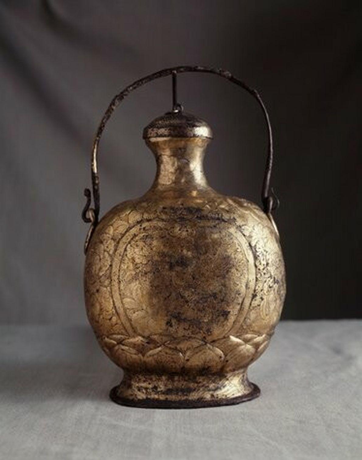 Cette flasque en argent doré délicatement gravée fait partie des trésors découverts dans l'épave de Belitng.