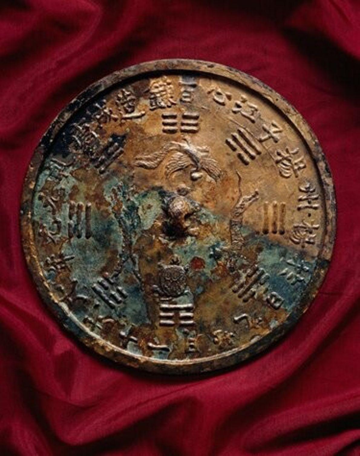 Ce miroir en bronze décoré était déjà une antiquité à l'époque où le navire prit la ...
