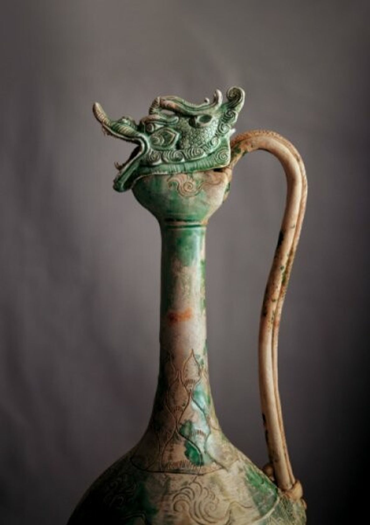 Ce sublime bouchon à tête de dragon pourrait être le bouchon d'origine de cette aiguière décorative ...