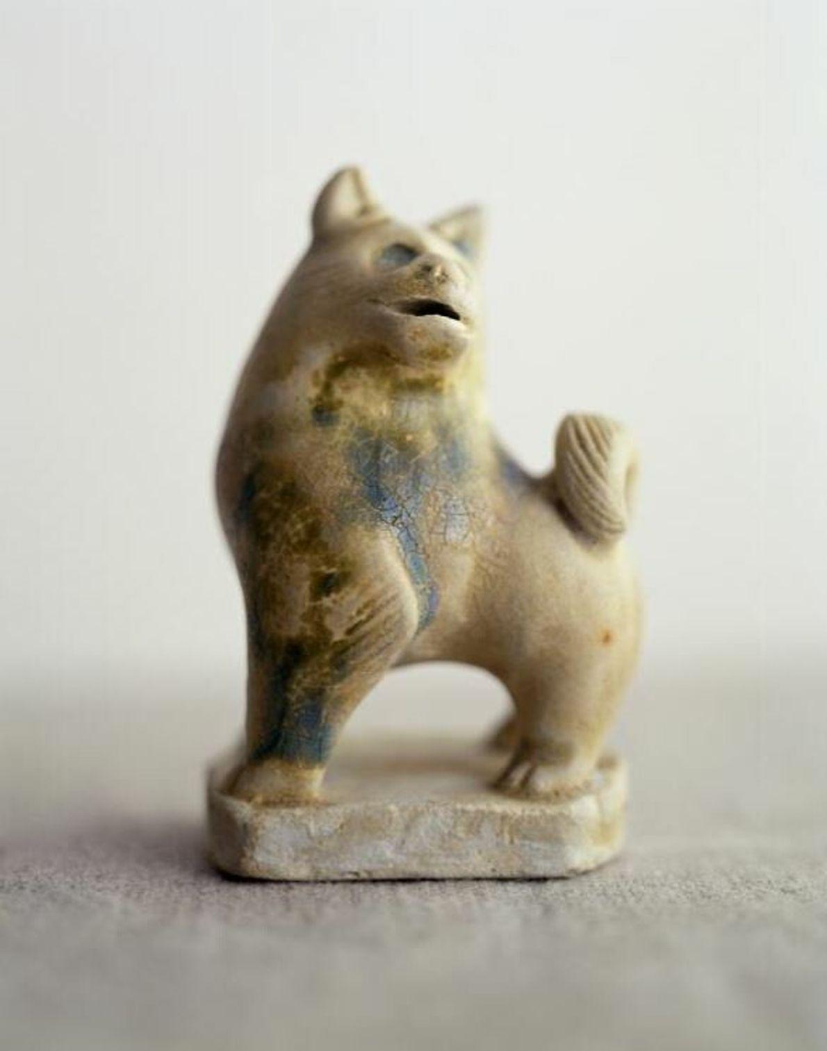 Outre les poteries cuites dans les fours à céramique de Changsha, l'épave de Belitung contenait également ...