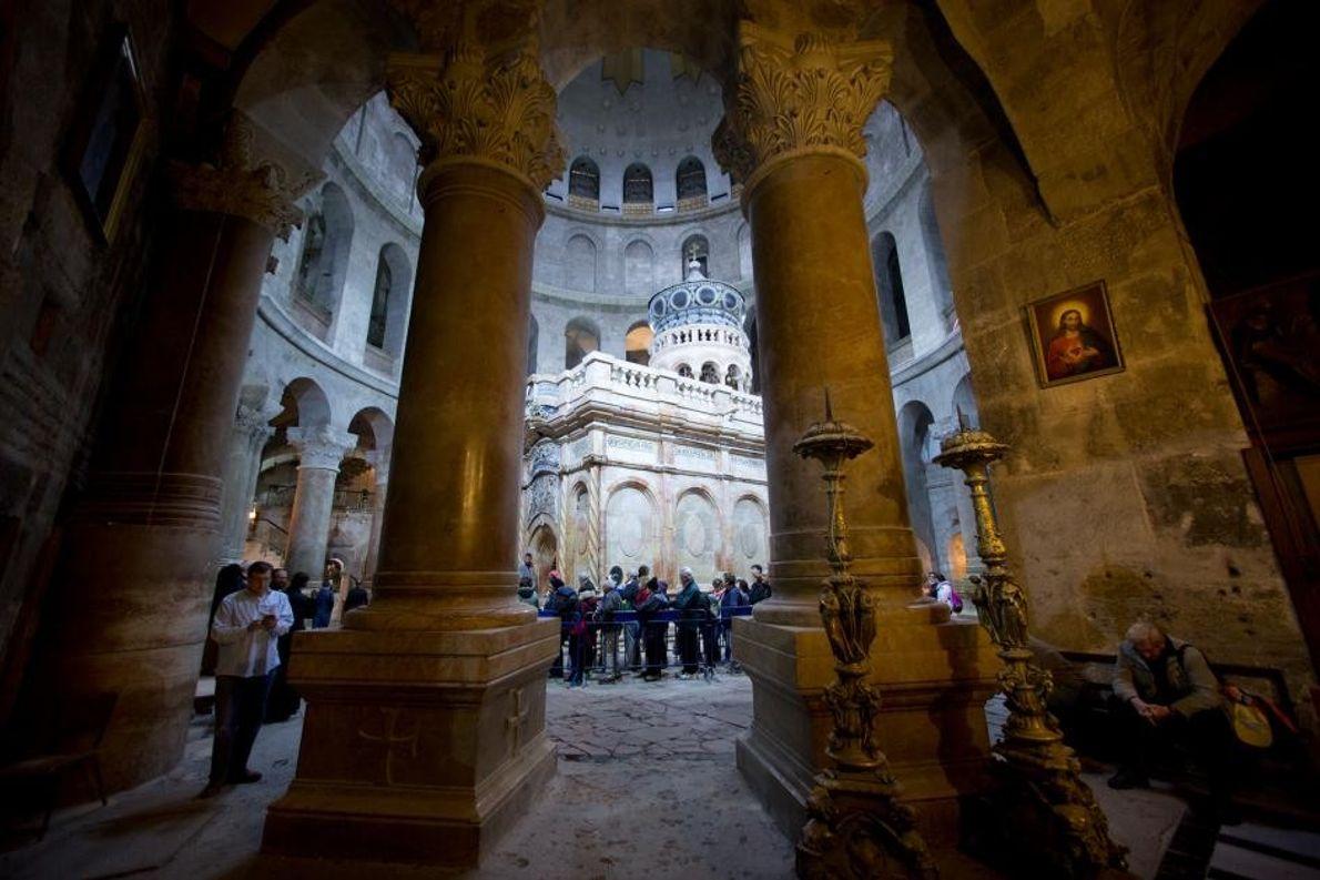 Des visiteurs font la queue pour entrer dans le tombeau de Jésus, à l'intérieur de l'église ...