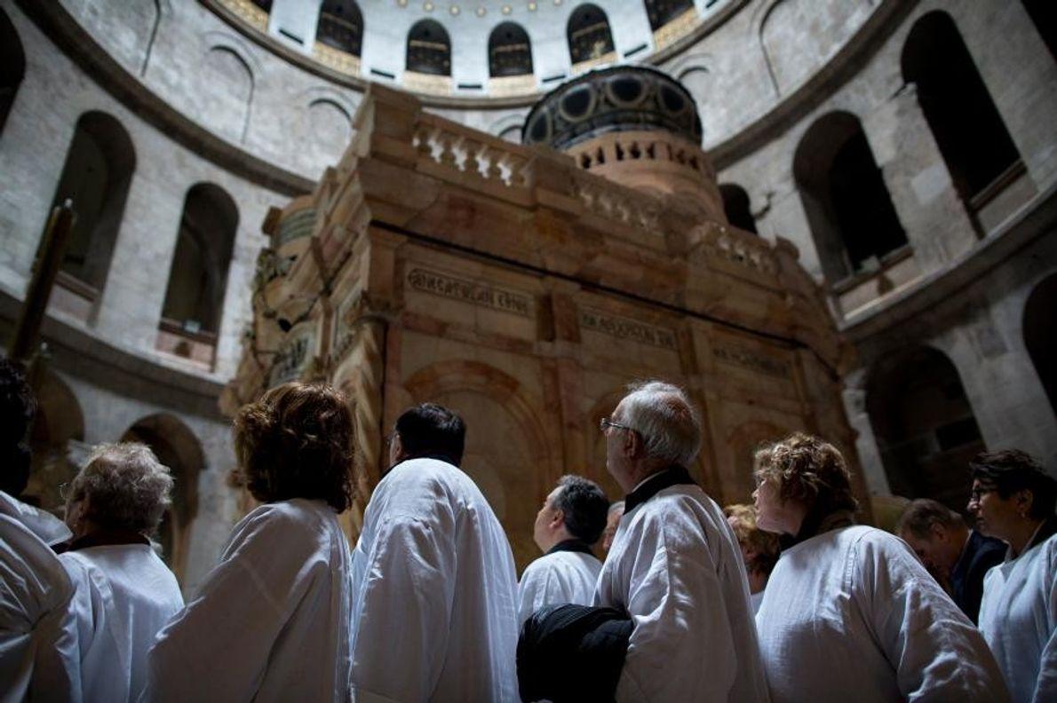 Des visiteurs font la file d'attente pour pouvoir visiter le tombeau du Christ, à l'intérieur de ...
