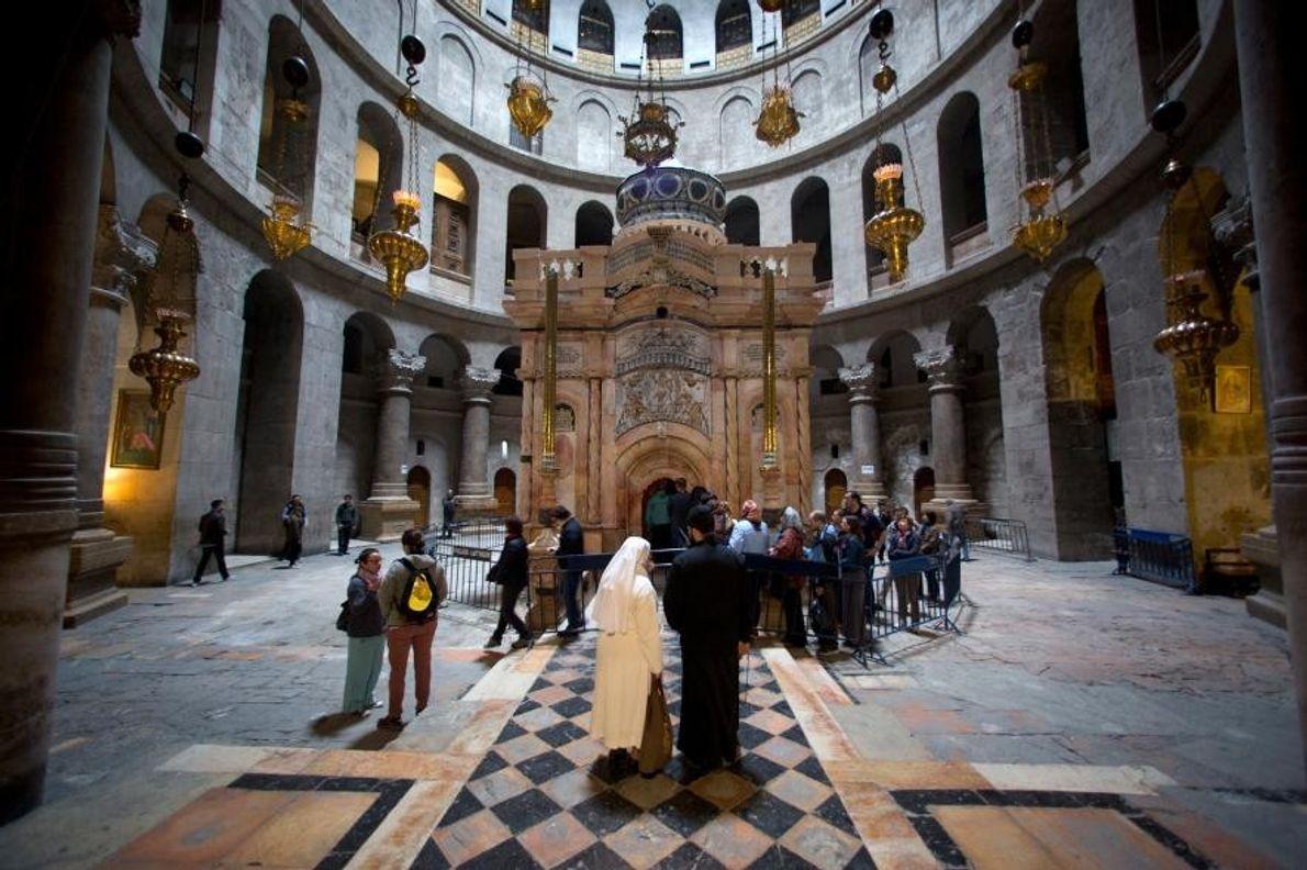 La façade de l'édicule a été nettoyée des dépôts de suie causés par les cierges qui ...