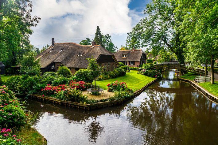 La ville sans voiture de Giethoorn est connue sous le nom de « Venise des Pays-Bas. ...