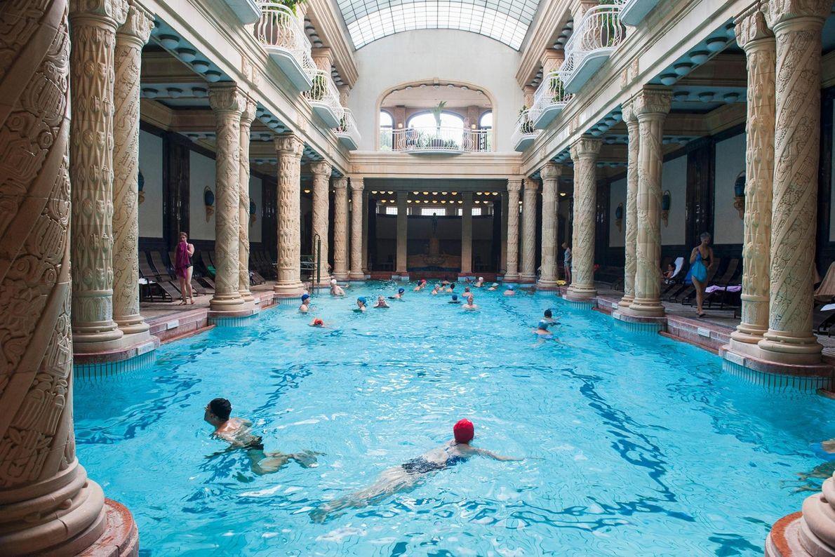 BUDAPEST, HONGRIE - Les eaux minérales naturelles effervescentes de cette piscine thermale font la renommée de ...