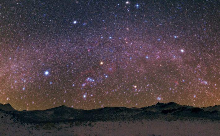 Les étoiles filantes des Géminides embrasent le ciel au-dessus des monts Zagros qui s'étendent de l'Iran ...