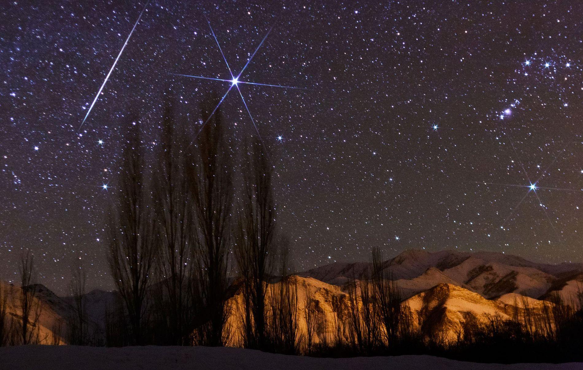 Une météore très brillante traverse le ciel durant la pluie de météores des Géminides 2016.