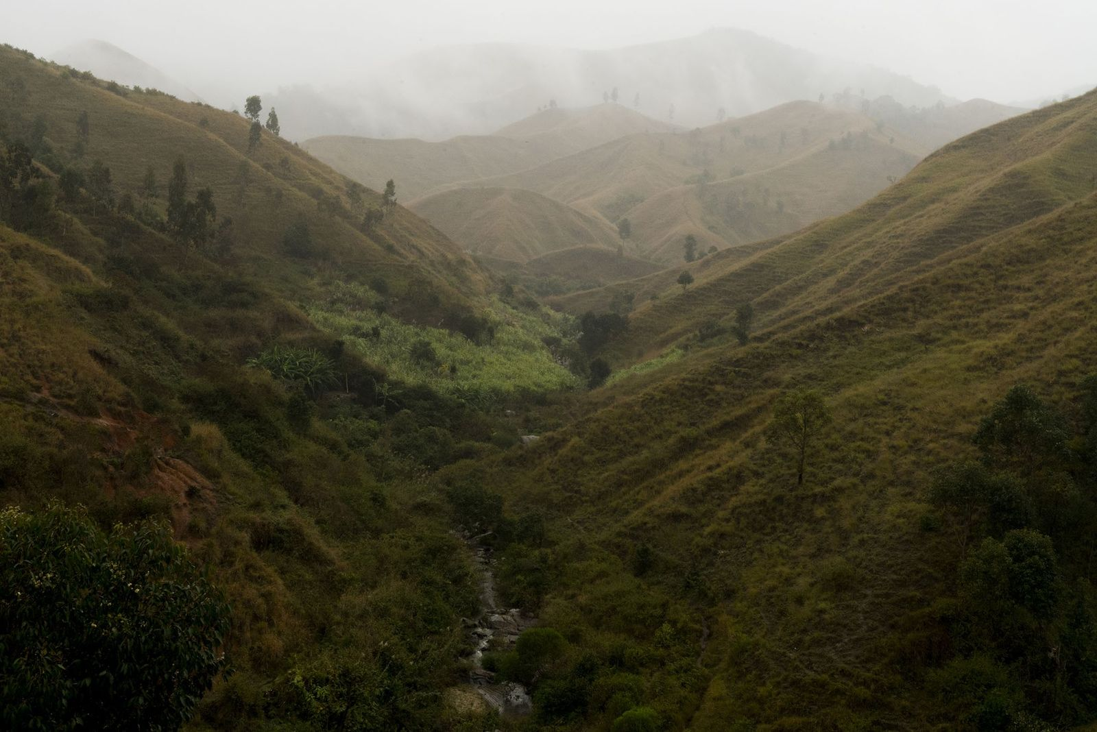 Un ruisseau serpente entre les collines en périphérie de la ville d'Antesevabe, point d'accès au sentier ...