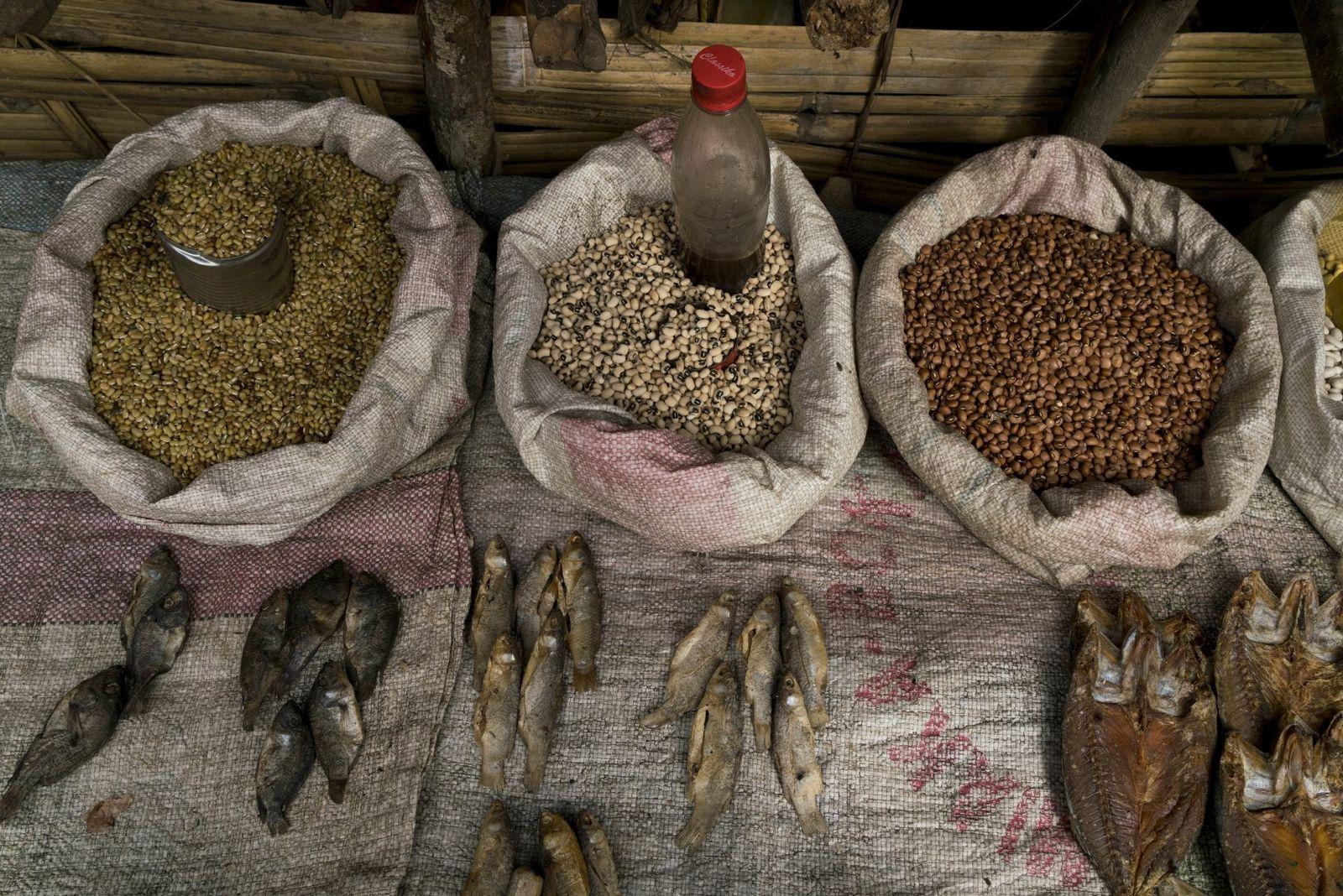 Du poisson séché, des céréales et des haricots figurent parmi les produits en vente dans un ...