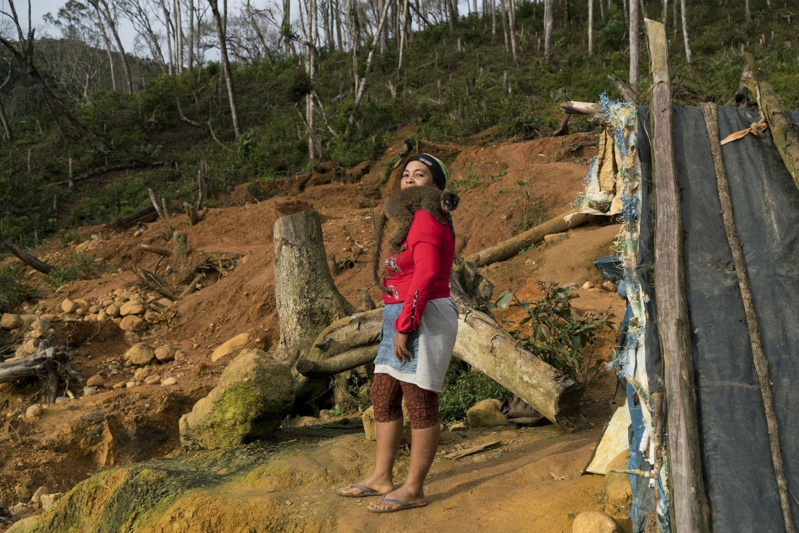 Laurence Asma, 41 ans, pose avec son lémur fauve de compagnie devant la cahute d'un mineur ...