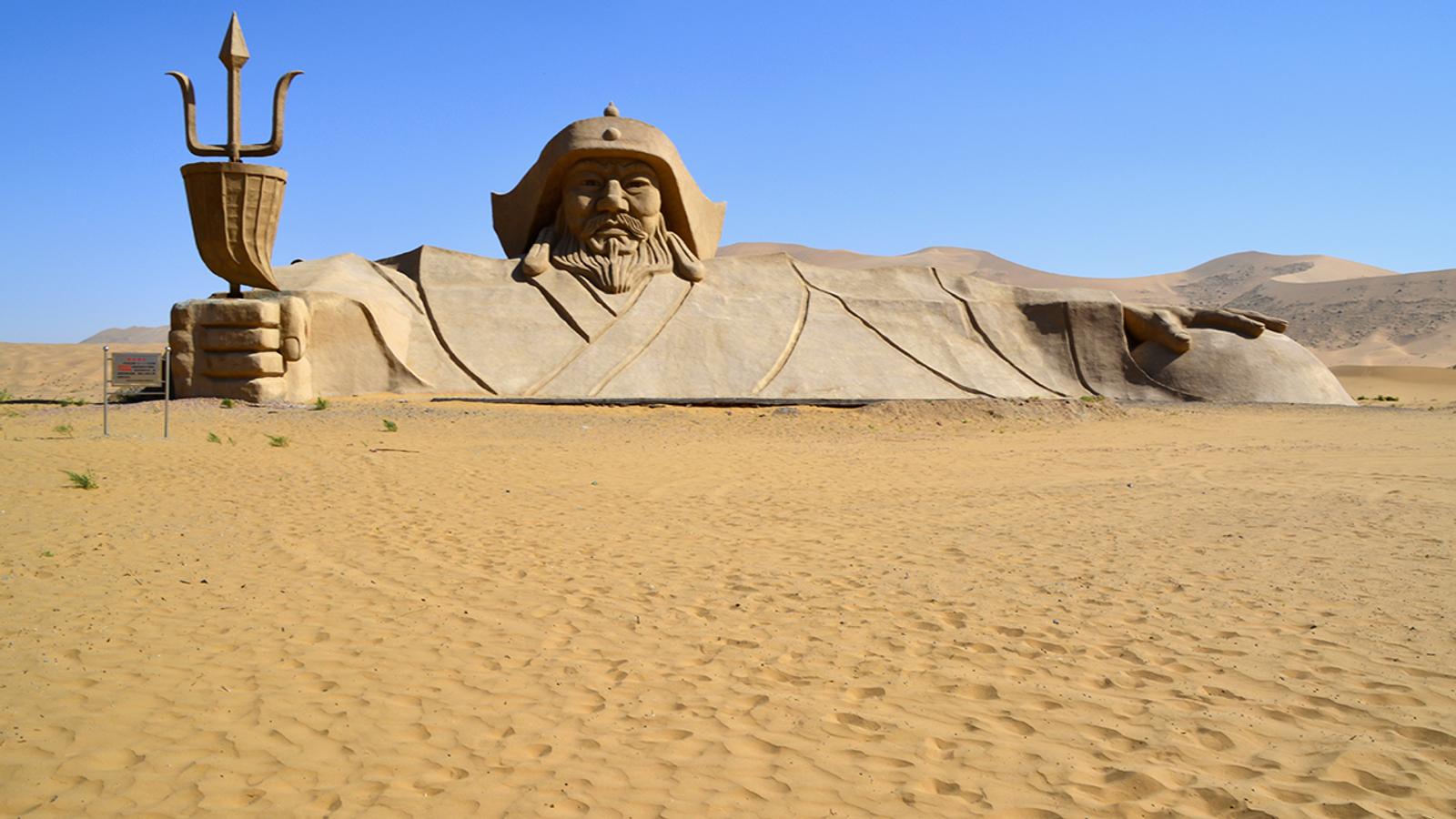 La statue de Gengis Khan, au cœurdu désert de Badain Jaran.