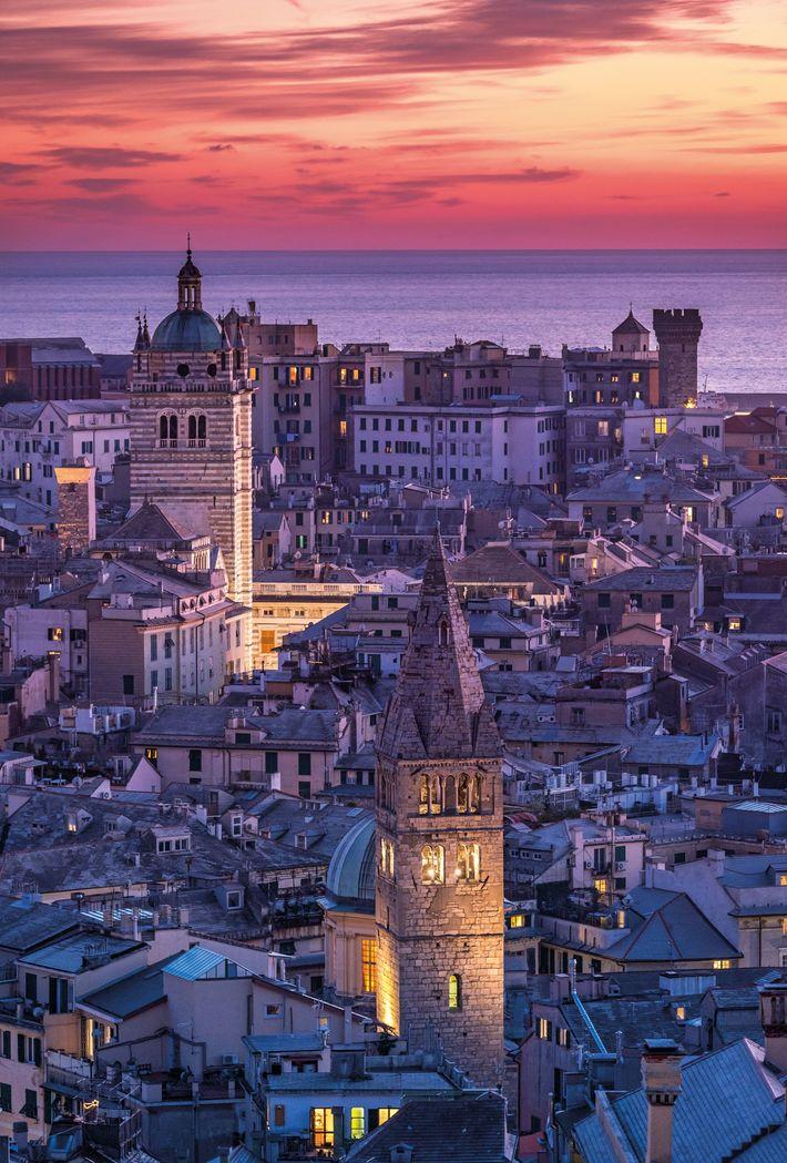 La tour (centre gauche) de la cathédrale de San Lorenzo, datant du 12e siècle, s'élève au-dessus ...