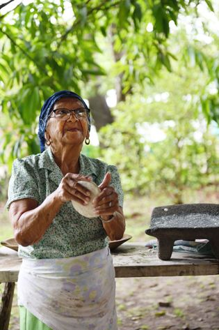 Mère de 14 enfants, Genuilda, 88 ans, déborde d'énergie. Et c'est peu dire qu'il en faut ...
