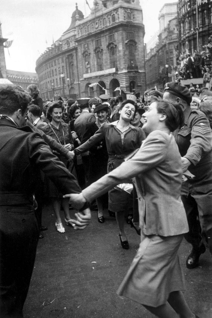 Des Londoniens célèbrent la capitulation de l'Allemagne le 8 mai 1945, un jour avant la reddition ...