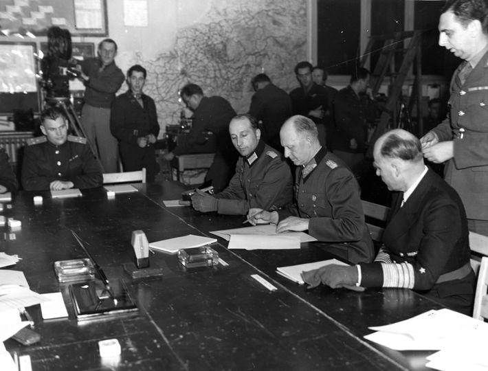 Alfred Jodl, chef de l'état-major des forces armées au haut-commandement de la Wehrmacht, signe l'acte de ...
