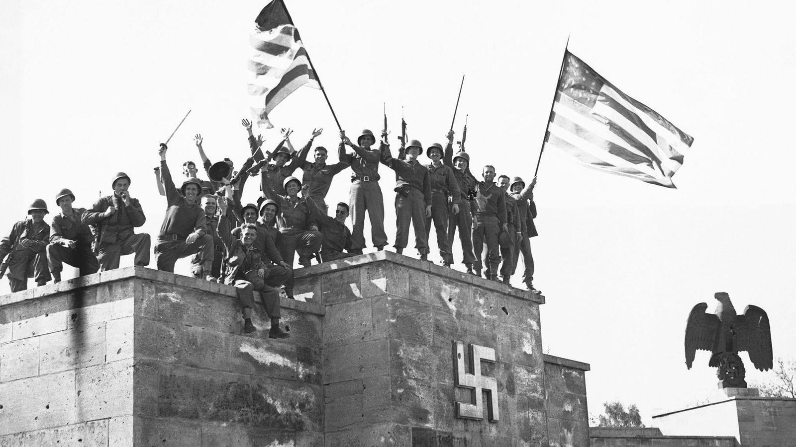 Le 8 mai 1945, les troupes américaines célèbrent la première capitulation sans condition de l'Allemagne. Pour ...