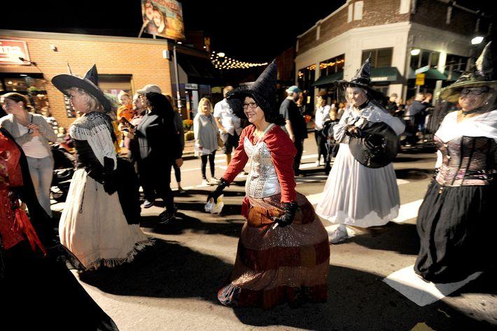 Des habitantes déguisées en sorcières défilent à Salem, dans le Massachusetts, lors du grand défilé annuel d'octobre ...