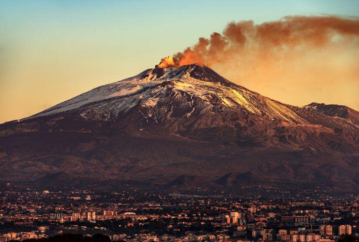 Catane et volcan de l'Etna, qui culmine à 3 300 mètres à l'Est de la Sicile.
