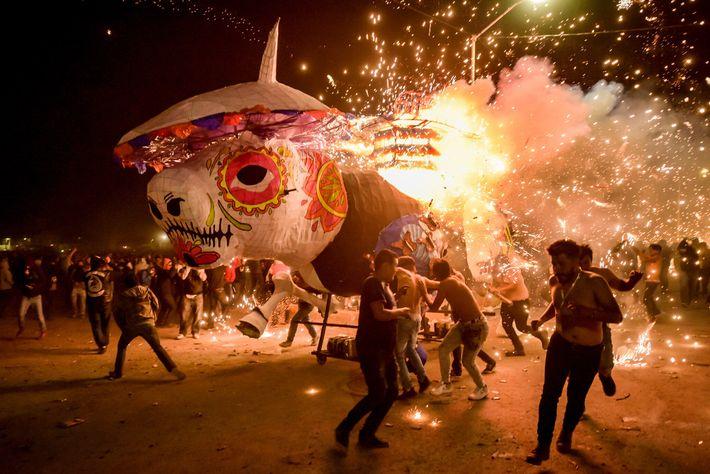 Mars 2019 - lors d'une fête en l'honneur du saint patron des feux d'artifice, les participants ...