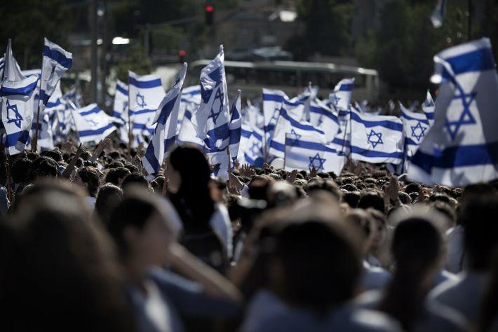 2011 : des nationalistes israéliens agitent le drapeau de leur nation au cours d'une manifestation dans les ...
