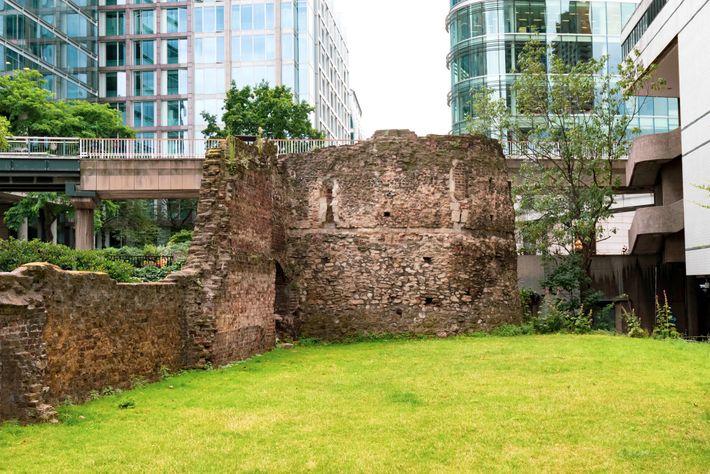 Les ruines des anciens remparts romains de Londres subsistent encore parmi les immeubles de bureaux contemporains.