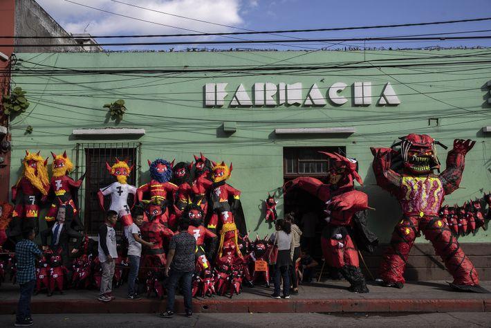 À Guatemala City, cette boutique vend des diables de papier mâché en vue des festivités du ...