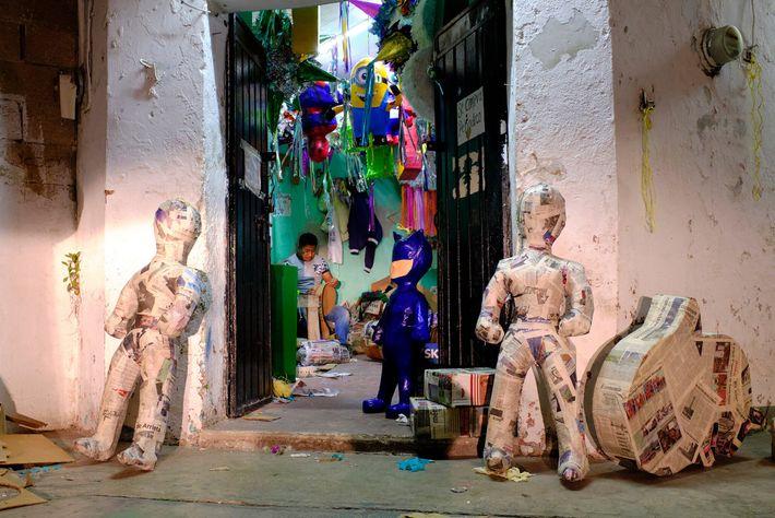 Petit magasin de figurines en papier mâché à Valladolid, au Mexique.