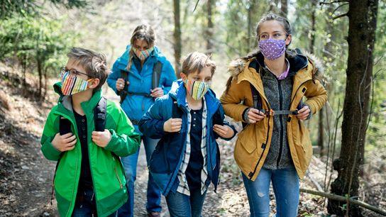 Face aux restrictions de voyage induites par la pandémie, la mode est aux vacances… locales. Les ...