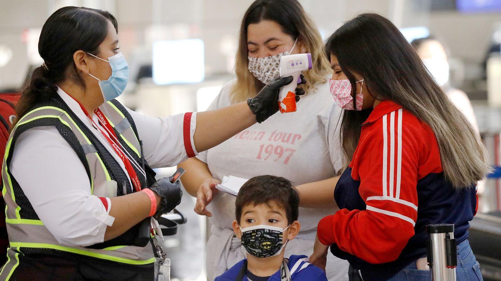Le voyage par avion présente des risques d'exposition au coronavirus. Ci-dessus, un agent de l'aéroport international ...