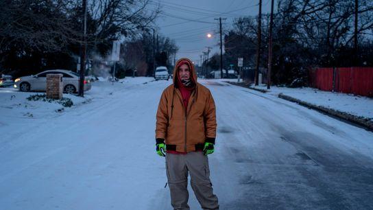 Charles Andrews, âgé de 57 ans, traverse à pied son quartier de la ville de Waco, au ...
