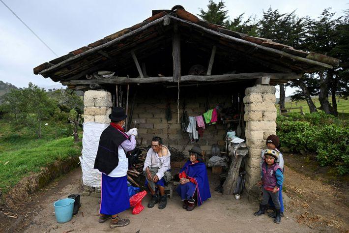 L'infirmier Anselmo Tunubala se prépare à injecter une dose du vaccin Sinovac à un homme autochtone âgé ...