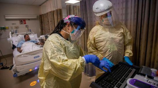 Sur ce cliché pris le vendredi 30 juillet 2021 à Torrance, en Californie, des infirmières s'occupent de 20 patients atteints ...