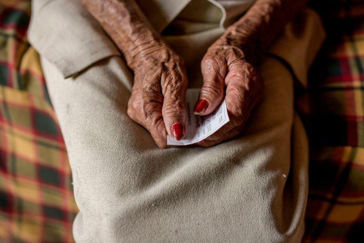 Saturia Campos, 80 ans, tient sa carte de vaccination, obtenue lors d'une campagne de vaccination menée à Chaguani, ...