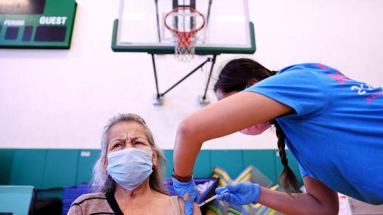 Darryl Hana, infirmière, administre une dose du vaccin contre la COVID-19 élaboré par Pfizer en Californie. ...