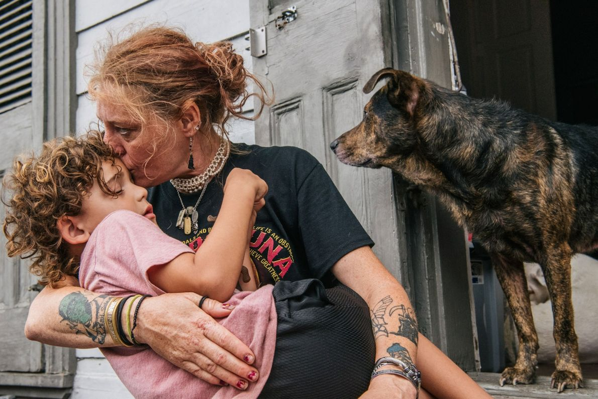 Ann Colette Boudreaux rassure son petit-fils, Abel, alors que l'ouragan approche de La Nouvelle-Orléans, en Louisiane. ...